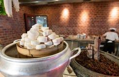 Tofu dans la cuisson d'un pot et verum d'Illicium sur le fond de cuisine avec le chef Une photo de cuisine de caillette de harico photos stock