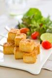 Tofu de barbecue avec de la salade photographie stock