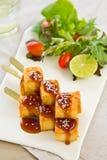 Tofu de barbecue avec de la salade images stock