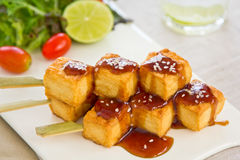 Tofu de barbecue avec de la salade photos stock