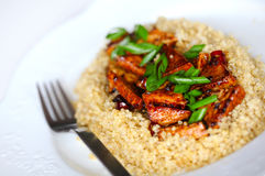 Tofu doux et aigre avec le quinoa et les scallions Image libre de droits