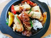 Tofu en sauce à huître avec le germe, les champignons et le poivre de blé d'un plat à Odessa photographie stock libre de droits