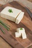 Tofu fresco na placa de corte Fotografia de Stock