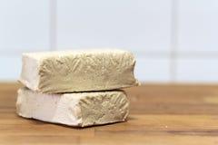 Tofu fresco na placa de madeira fotografia de stock