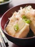 Tofu frit croquant dans le miso avec des éclailles de bonito et pi photo stock
