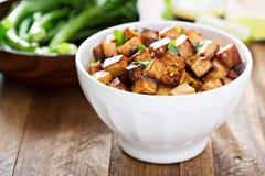 Tofu frit par émoi dans une cuvette photos stock