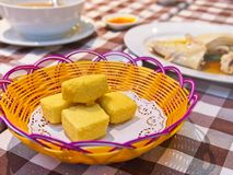 Tofu fritado friável em uma cesta fotos de stock