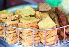 Tofu fritto nel grasso bollente Fotografia Stock