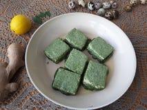 Tofu in grünem Nesseln Tempura, vegetarisches Lebensmittel kochend Stockbild