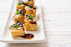 Tofu grelhado com cogumelo de Shitake e o cogumelo dourado da agulha fotos de stock royalty free