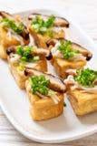 Tofu grelhado com cogumelo de Shitake e o cogumelo dourado da agulha fotos de stock