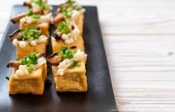 Tofu grelhado com cogumelo de Shitake e o cogumelo dourado da agulha foto de stock