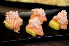Tofu japonais de sushi de nourriture avec des saumons Photographie stock libre de droits