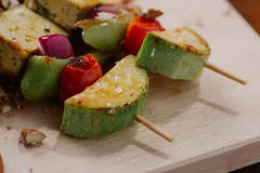 Tofu kebab op gierst met amandelen, gierstvraag en Amerikaanse veenbessen Stock Foto