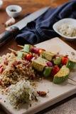 Tofu kebab op gierst met amandelen, gierstvraag en Amerikaanse veenbessen Stock Foto's