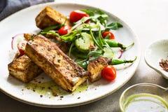 Tofu lapje vlees met Sneeuwerwten en Rocket Salad Royalty-vrije Stock Afbeelding