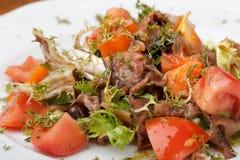 Tofu mariné en sauce de soja avec la tomate et la salade photographie stock