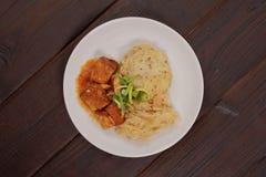 Tofu met kool en rijstbollen op een lijst Royalty-vrije Stock Afbeelding