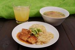 Tofu met kool en rijstbollen op een lijst Stock Afbeeldingen