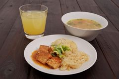 Tofu met kool en rijstbollen op een lijst Royalty-vrije Stock Foto