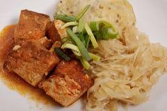 Tofu met kool en rijstbollen op een wit Stock Afbeeldingen