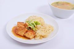 Tofu met kool en rijstbollen op een wit Stock Foto