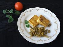 Tofu mit den Gewürzen, gesundes Lebensmittel für eine Pflanzenkost kochend Stockfotos