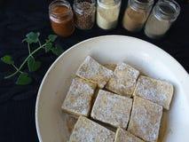 Tofu mit den Gewürzen und Kräutern, kochend für eine Pflanzenkost Stockfotografie