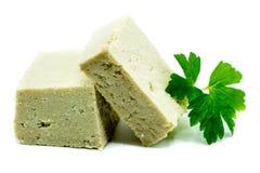 Tofu mit Sojabohnen auf weißem Hintergrund stockbild