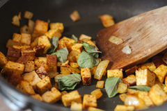Tofu mit Zwiebel und Oregano in einer Wanne Stockbild