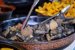 Tofu puzzolente cinese nero in piatto dal mercato di strada del locale della Cina Fotografia Stock