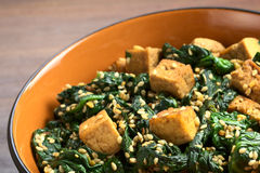 Tofu, Spinach and Sesame Stir-Fry Royalty Free Stock Photo