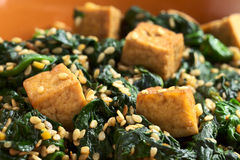 Tofu, Spinach and Sesame Stir-Fry Royalty Free Stock Photography