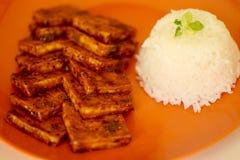 Tofu und Reis mit einer süßen Soße 4 Stockbild
