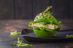 Tofu van de veganistavocado hamburger op zwarte schotel Gezond detoxvoedsel, installatie gebaseerd voedselconcept stock afbeeldingen