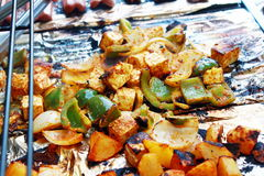 Tofu végétal et hot-dog grillant sur le gril Photos libres de droits