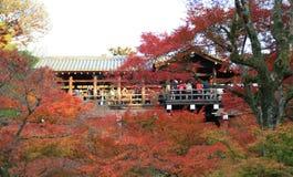 Tofukujitempel: KYOTO - 25 Nov. 2017: De menigten verzamelen zich in Tofukuj stock afbeelding