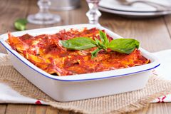 Tofulasagne des strengen Vegetariers mit Tomatensauce Lizenzfreie Stockfotos