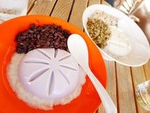Tofupudding med röda bönor, haricot vert och jobbs revor arkivbild