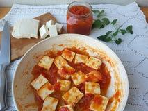 Tofutomaten-Zwiebelmelisse, kochend für eine Pflanzenkost Lizenzfreies Stockfoto