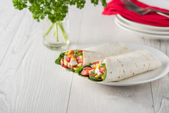 Tofuverpackungen des strengen Vegetariers mit Pfeffer, Mais, Tomaten und Spinat lizenzfreie stockfotografie
