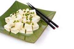Tofuwürfel mit Frühlingszwiebel und -essstäbchen Stockbild