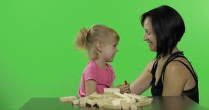 Togather de mère et de fille Enfant soufflant sur le tuyau de fête et les rires banque de vidéos