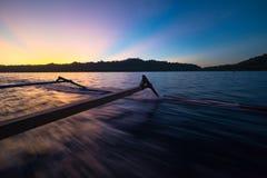 Togean wysp zmierzch, Togian wyspy podróżuje miejsce przeznaczenia, Sulawesi, Indonezja Żeglujący tradycyjną łodzią, oszałamiając Obraz Stock