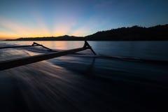 Togean wysp zmierzch, Togian wyspy podróżuje miejsce przeznaczenia, Sulawesi, Indonezja Żeglujący tradycyjną łodzią, oszałamiając Zdjęcia Royalty Free
