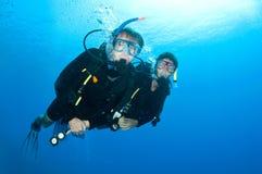 Togeather de la zambullida del equipo de submarinismo de los amigos Imágenes de archivo libres de regalías