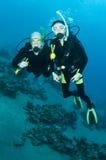 Togeather de la zambullida del equipo de submarinismo del hombre y de la mujer Imagen de archivo libre de regalías
