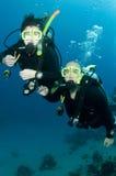 Togeather do mergulho do mergulhador do homem e da mulher foto de stock royalty free