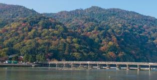 Togetsukyo桥梁和Hozu河在秋天晒干 免版税库存图片