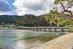 Togetsukyobrug met Toeristen dichtbij Hozu-Rivier in de Herfst, Arashiyama, Kyoto, Japan Stock Fotografie